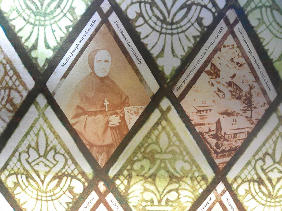 The design of the windscreen is based on stained-glass windows inside the nearby Proto-Cathedral of St. James the Greater. Eleven historical illustrations within the design highlight key figures and stories from the church's history in the community.